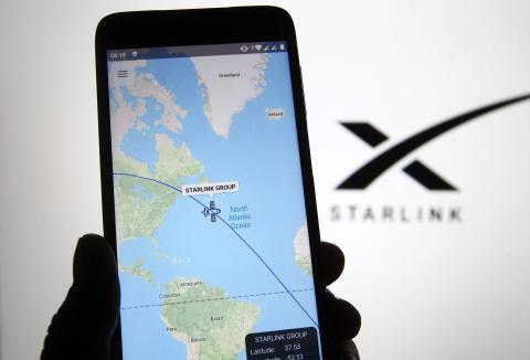 Foto de una aplicación de seguimiento de satélites que muestra una de las naves espaciales Starlink de SpaceX, ofreciendo internet sobre un mapa de la Tierra.