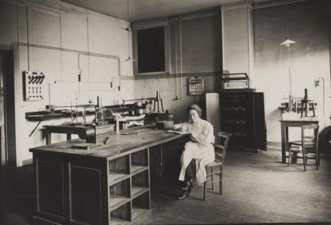 Ștefania Mărăcineanu en el laboratorio de los Curie, en marzo de 1922.