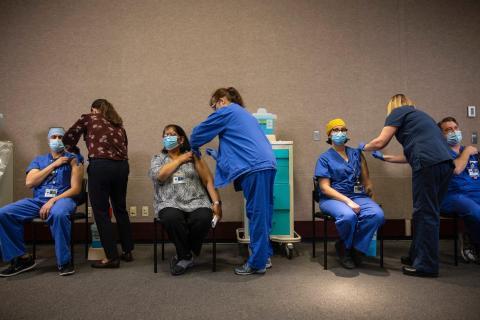 Sanitarios reciben las vacunas contra el coronavirus de Pfizer-BioNTech en Portland, Oregon, en diciembre.