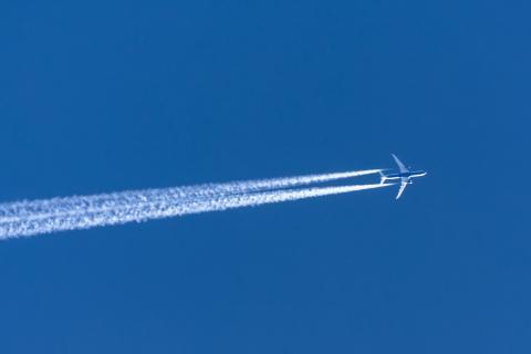 Avión y su estela