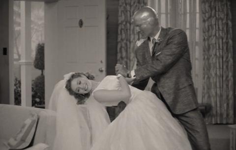 Elizabeth Olsen y Paul Bettany durante el episodio uno de 'Wandavision'.