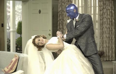 Elizabeth Olsen y Paul Bettany en el episodio 1 de 'Wandavision' en una escena del documental 'Assembled'.