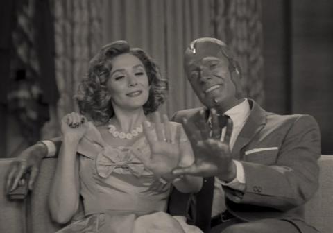Elizabeth Olsen y Paul Bettany en el episodio 1 de 'Wandavision'.