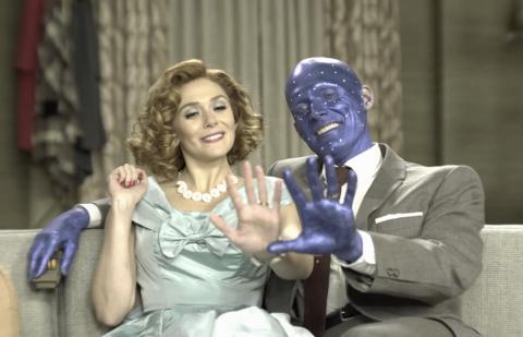 Elizabeth Olsen y Paul Bettany en el episodio 1 de 'Wandavision' durante el documental 'Assembled'