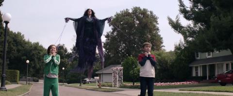 Jett Klyne, Kathryn Hahn y Julian Hilliard durante el episodio 8 de 'Wandavision'.