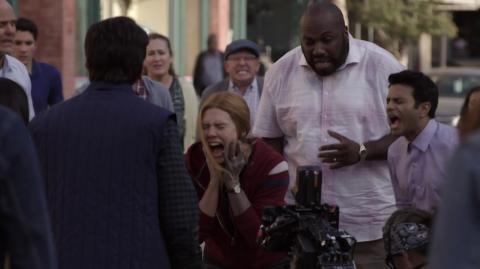 Elizabeth Olsen durante uno de los momentos del episodio final de 'Wandavision' en una escena tras las cámaras.