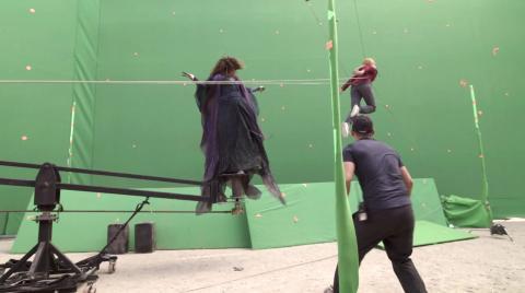 Kathryn Hahn y Elizabeth Olsen durante el episodio 9 de 'Wandavision'.