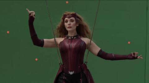 Elizabeth Olsen en el episodio 9 de 'Wandavision' durante el documental 'Assembled' que muestra el rodaje tras las cámaras.