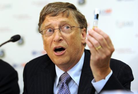 Bill Gates sujeta una vacuna en una conferencia