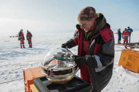 Un científico ruso se prepara para lanzar el telescopio Baikal-GVD.