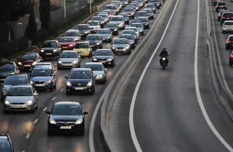 Coches circulando en carretera en Madrid
