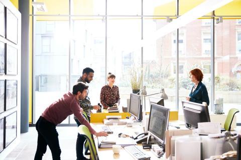 Pasar unos días en la oficina de vez en cuando podría ayudarte a mantenerte conectado con tus colegas y brindarte información importante.