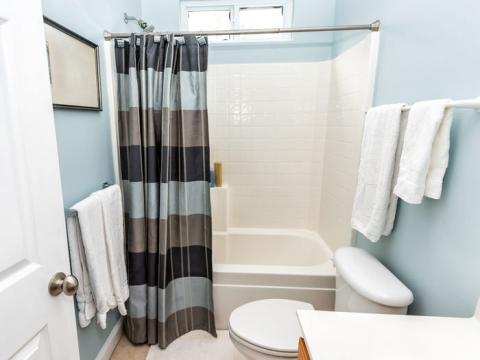 Limpia las cortinas de la ducha en la lavadora.
