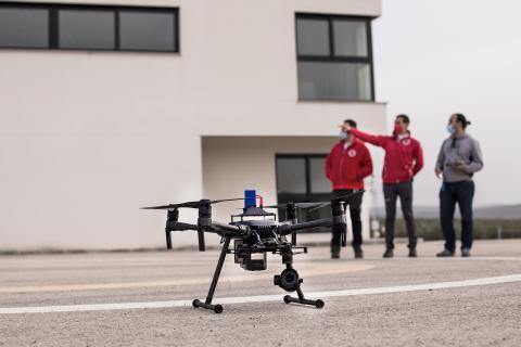 El equipo, durante el despegue de un dron de reconocimiento.