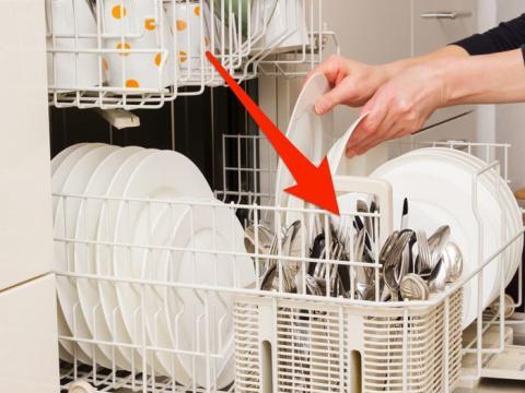 Mezcla los cubiertos y sepáralos de manera uniforme para obtener la mejor limpieza.