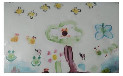 """Dibujo de Mario, 4 años. """"Aparecen varios elementos como mariposas y pájaros que hablan de la necesidad de imaginar y fantasear""""."""