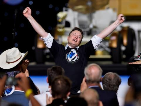 Elon Musk celebra el lanzamiento de un cohete SpaceX Falcon 9 y una nave espacial Crew Dragon en mayo de 2020.