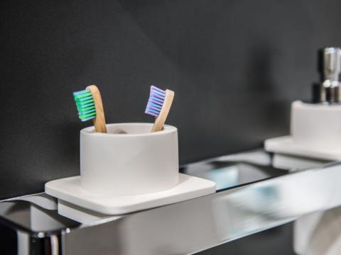 Desinfecta los cepillos de dientes con enjuague bucal o algo similar.