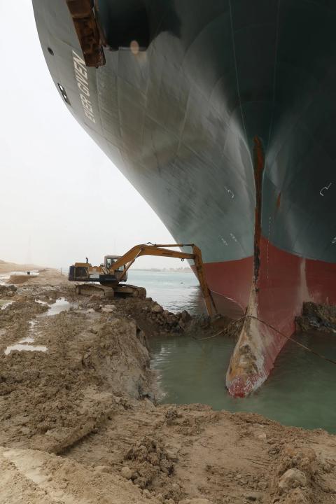 The Ever Given, atrapado en el Canal de Suez, el jueves.