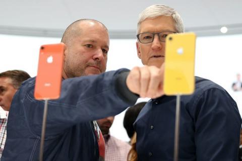 El ex jefe de diseño de Apple, Jony Ive, y el director ejecutivo de Apple, Tim Cook.