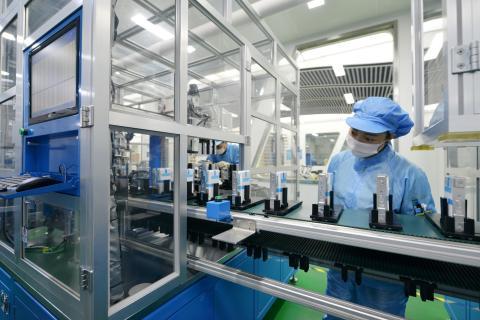 Una operaria en una cadena de producción de baterías para coches eléctricos en China.