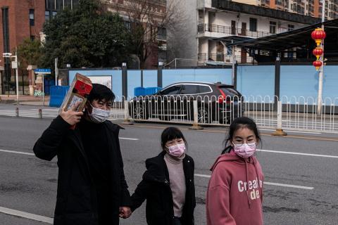 Familia caminando durante la pandemia