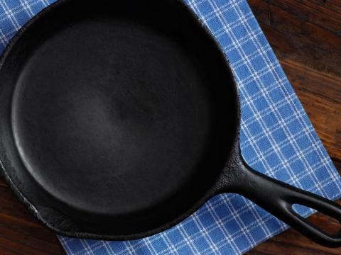 Limpia las sartenes de hierro fundido mientras aún estén calientes.