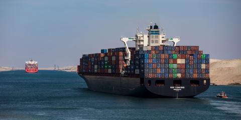 Varios buques en el Canal de Suez, durante su 150 aniversario, en 2019.