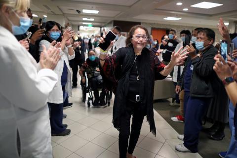 Merlin Pambuan, enfermera de la UCI, es aplaudida por el personal de un hospital estadounidense tras haber pasado allí 8 meses por infectarse con coronavirus.