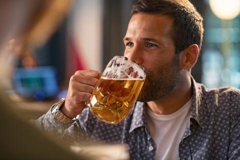Hombre bebiendo cerveza.