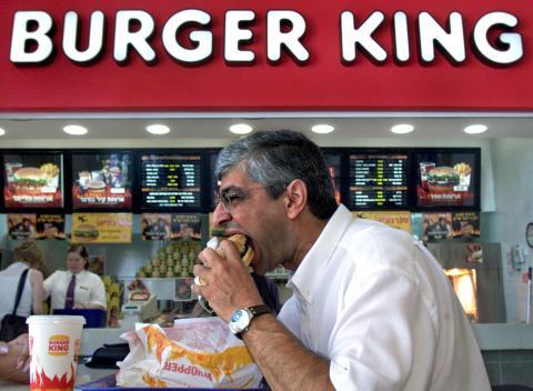 hombre comiendo hamburguesa en Burger King