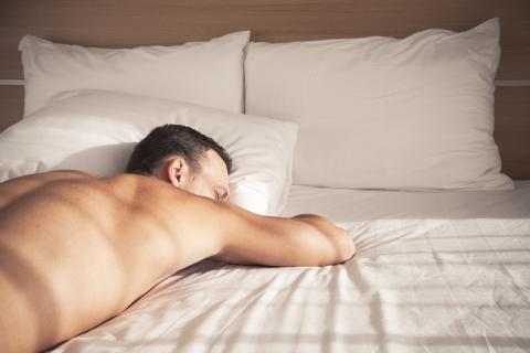 hombre durmiendo beneficios dormir sin ropa