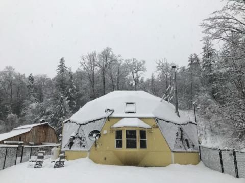 Con Hughes Net en invierno, la antena estaba constantemente cubierta de nieve y dejaba de funcionar debido a eso