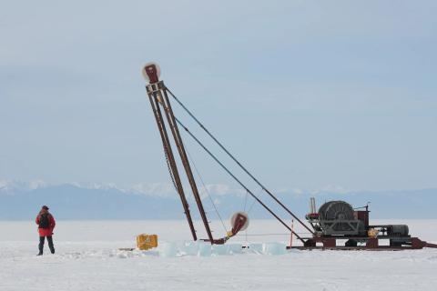 El sitio de lanzamiento del nuevo telescopio Baikal-GVD de Rusia. Está a dos millas de la costa en el lago Baikal.