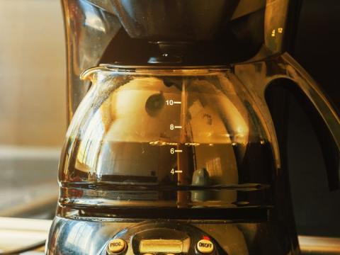 Lava la cafetera después de cada uso.