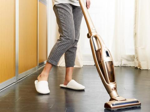 Desmonta y limpia el interior de la aspiradora con frecuencia.
