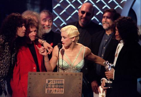 Aerosmith, junto a Madonna, durante la entrega de premios de la MTV, en 1994.
