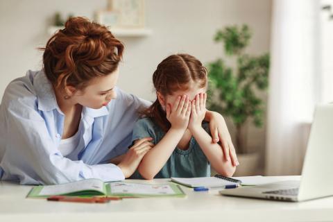 Una madre habla con su hija que está desesperada.