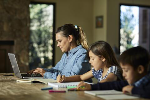Una madre, su hijo y su hija trabajan.