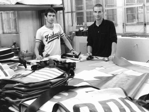 Daniel y Markus Freitag, en su taller en 1993.