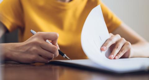 Mujer firmando documento
