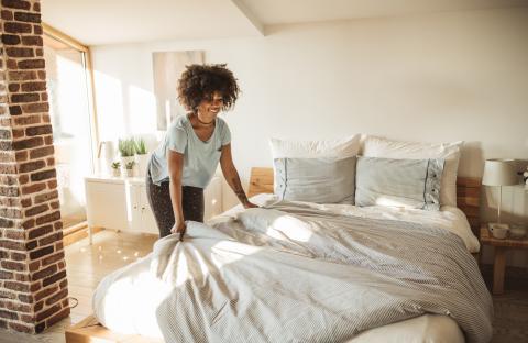 Mujer haciendo la cama.
