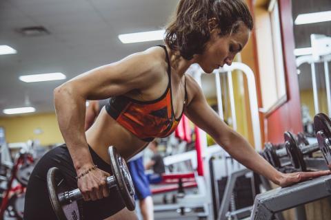 mujer haciendo ejercicio ,entrenamiento en el gimnasio