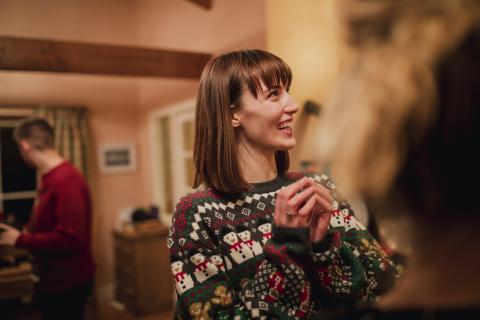 Mujer con un jersey de Navidad.