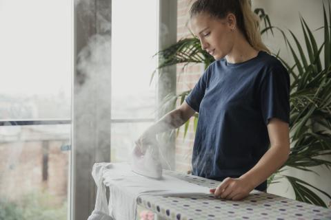 Mujer planchando la ropa.