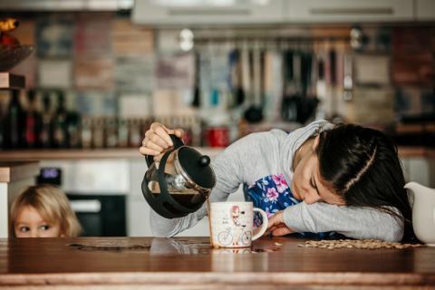 Una mujer se queda dormida mientras sirve el café.