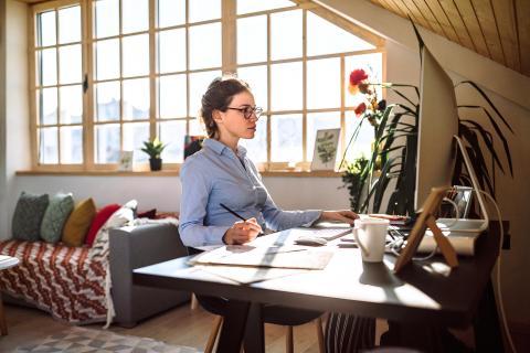 Una mujer trabaja desde su casa convertida en oficina.