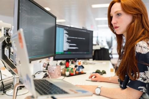 Mujer trabajando en una oficina