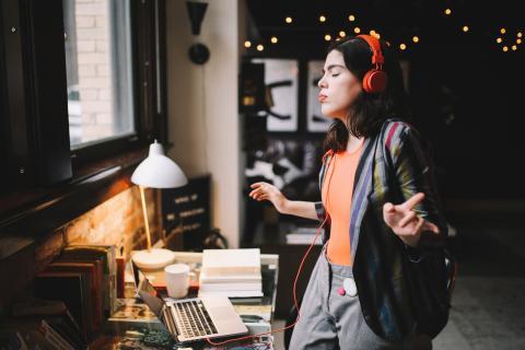 Muyjer escuchando música en el ordenador