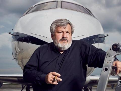 Popovich ha viajado por todo el mundo para recuperar aviones.